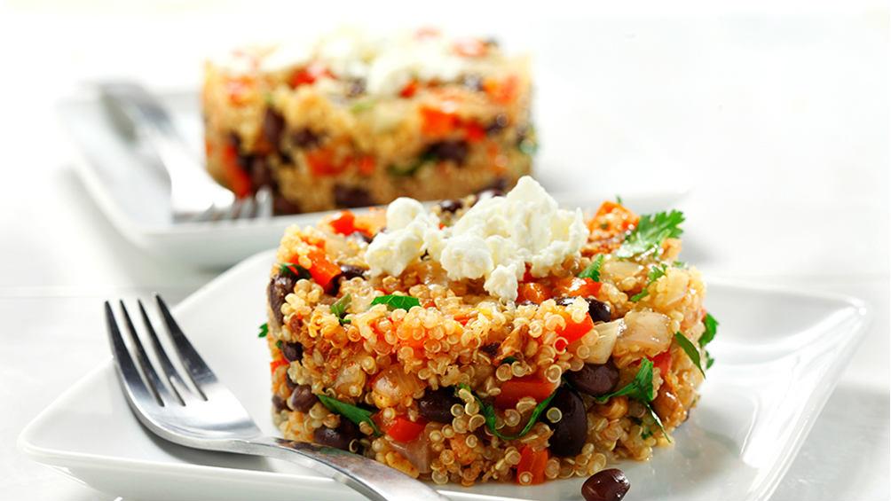 Quinoa aux haricots noirs, poivrons rouges Sur une plaque blanche